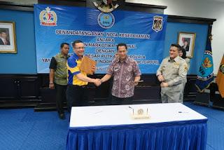 Sofian Tjandra Berjabat Tangan dengan Komjen Budi Waseso Kepala BNN