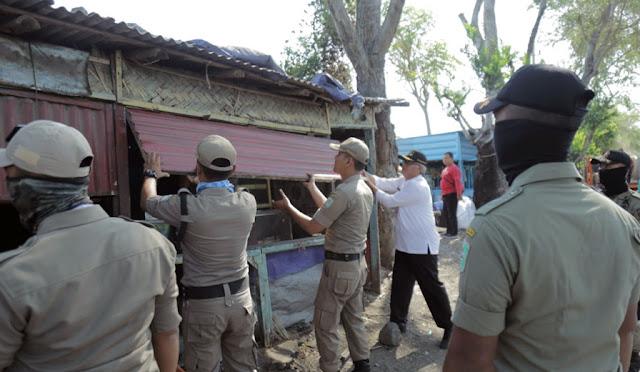 Petugas membongkar bangunan liar di embong kembar