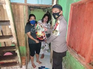 Peduli, Bhabinkamtibmas Gusung Salurkan Bantuan Sosial ke Warga Kurang Mampu