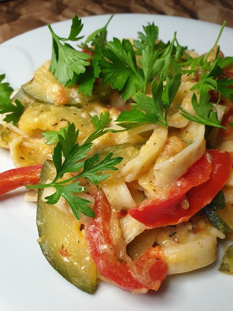 Makaron z warzywami i serem feta