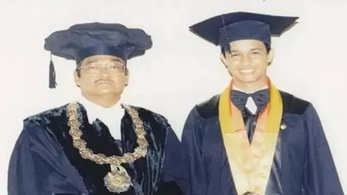 Anies Unggah Foto Masa Kuliah di UGM, Warganet: Cepetan Jadi Presiden Pak!