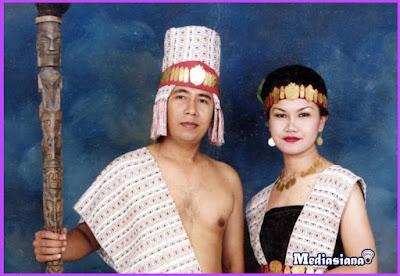 Pakaian Adat Suku Batak Samosir