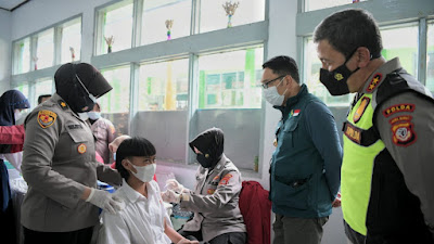 Gubernur Jabar Tinjau Vaksinasi 1.100 Pelajar SMP Negeri 6 Kota Tasikmalaya