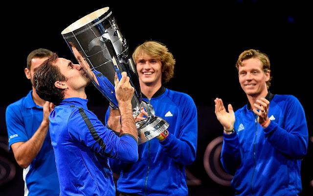 Cilic, Berdych e Zverev aplaudem Federer, que beija o troféu da Laver Cup