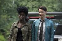 Cena da sérieoriginal da Netflix Dirk Gently's Holistic Detective Agency.