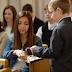 ¿Es necesario tomar la Santa Cena con la mano derecha?
