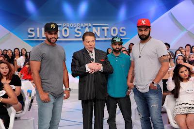 Silvio Santos com os grafiteiros Paulo Terra, Edy HP e Pedro terra. Crédito da foto: Lourival Ribeiro/SBT