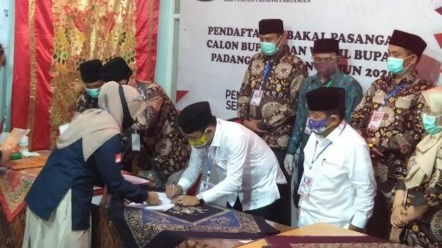 Diantar Ratusan Pendukung, Tri Suryadi-Taslim Resmi Mendaftar Ke KPU Padang Pariaman