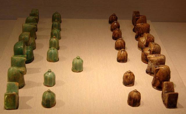 Nhìn qua cứ tưởng viên đá bình thường, ai ngờ lại là quân cờ vua có niên đại cổ nhất thế giới