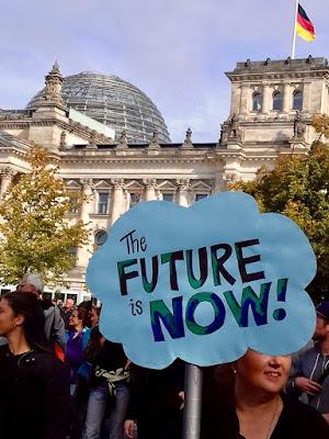 THE FUTURE IS NOW! Hintergrund: Reichstag und deutsche Flagge