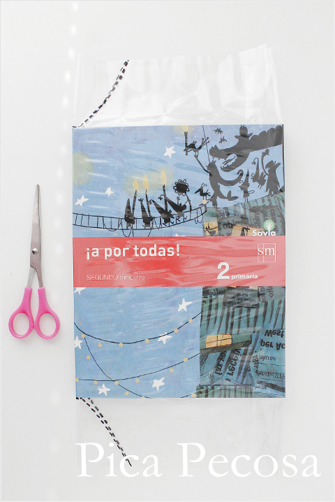 tutorial-forrar-libros-con-forro-plastico-cuatro-pasos-paso-tres