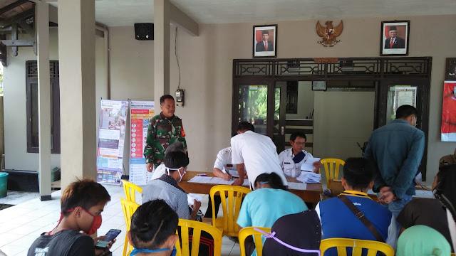 Babinsa Koramil Mrebet Kawal Pembagian BLT di Desa Sangkanayu