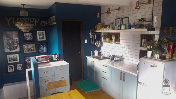 navy blue walls, loft small kitchen, tiny kitchen, vintage room, white subway tiles, vintage kitchen, gallery walls