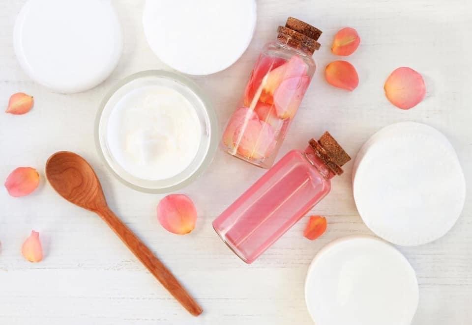 ماء الورد والحليب - الوصفة السحرية لتجديد وتفتيح البشرة