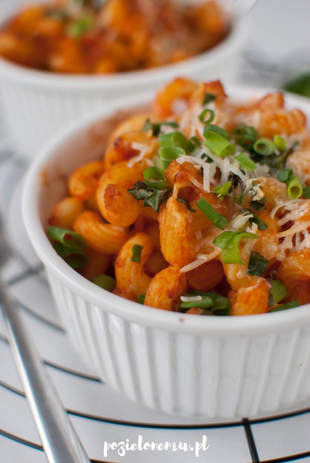 Szybkie zapiekanki makaronowe (z pastą pomidorowo-paprykową)