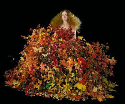Natalia Edenmonts fotoverk Not amused - kvinna i klänning av en mängd blommor och blad i höstiga färger.