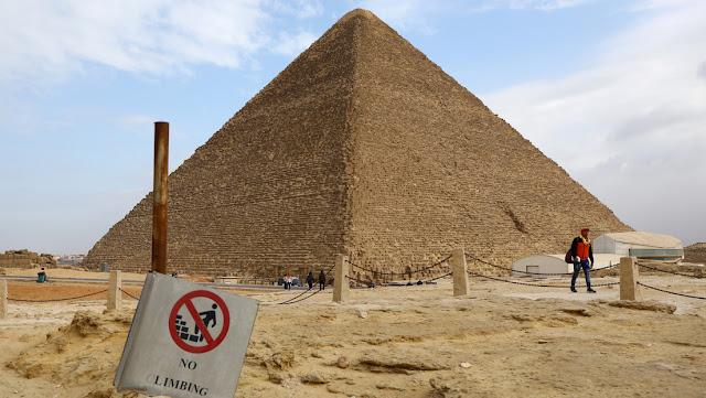 Un joven se suicida lanzándose desde una de las pirámides de Guiza