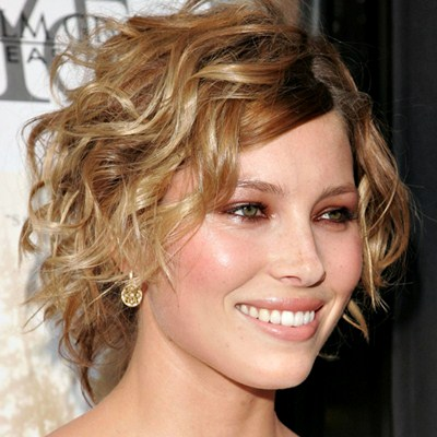 un claro ejemplo de que un corte de pelo muy corto queda muy bien en el pelo rizado se ve ms fresco desenfadado juvenil un estilo muy jovial