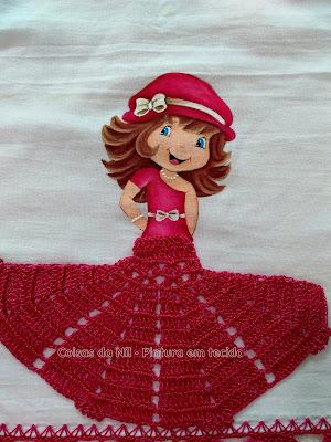 boneca moranguinho com saia de croche pintada em tecido