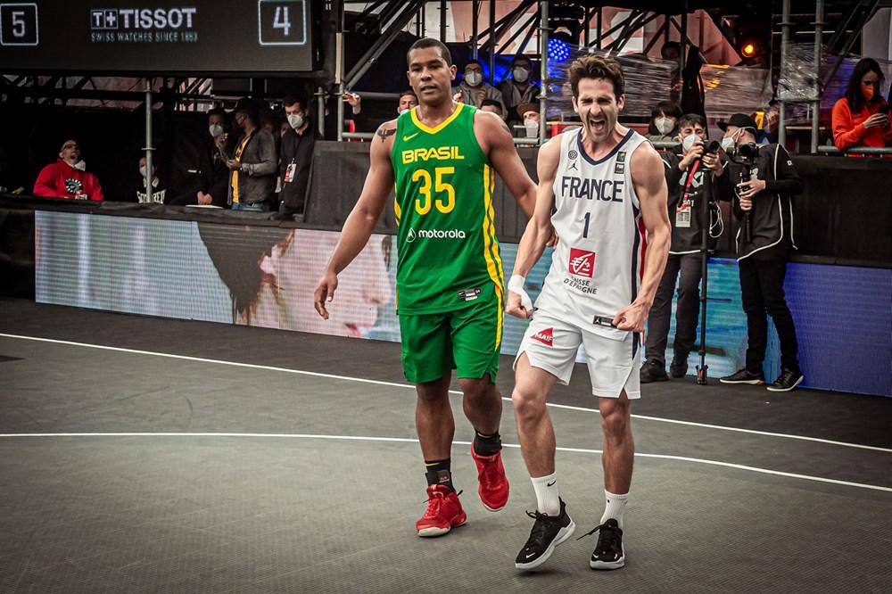 Jonatas Mello e Antoine Eito no duelo Brasil x França do Pré-Olímpico de basquete 3x3