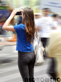 Linda chica usando pantalones yoga marca calzon