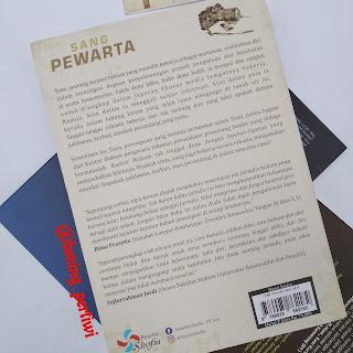 gambar sampul belakang buku sang pewarta