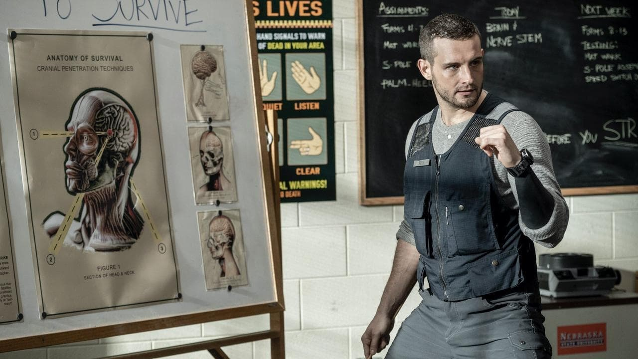 Felix da a los jóvenes una clase de lucha contra caminantes en el 1x02 de The Walking Dead World Beyond