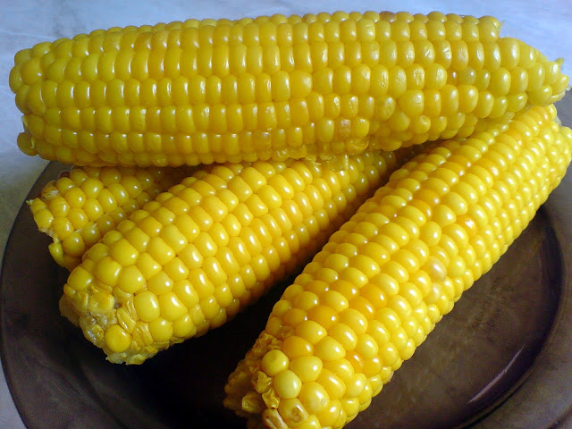 BOILED CORN ON COBS