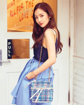 Side pose photoshoot manis Park Min Young