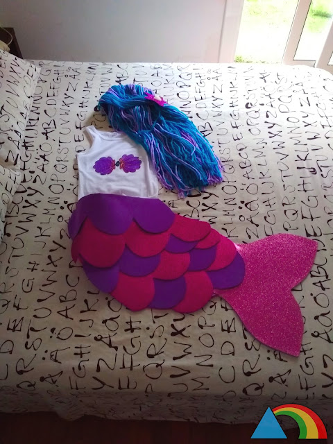 Disfraz de sirena hecho con goma eva, lana y una camiseta