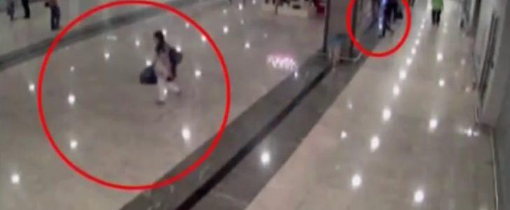 """واقعة صادمة وفريدة من نوعها فتاة تقوم ببيع رضيعها مقابل 500 دولار فى أحد المطارات والمفاجأة الصادمة من يقدم على شرائه ! """"فيديو"""""""