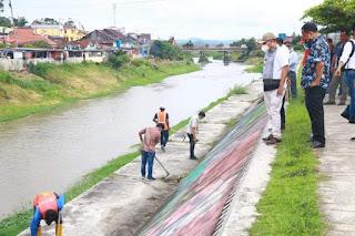 Jumat Bersih, Bupati Taput Turun Langsung Gotong Royong Menata dan Bersihkan Tanggul Aek Sigeaon