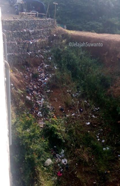 Perilaku membuang sampah sembarangan di bawah jembatan jalan baru Cisinga masih jadi budaya #negaraberflower || ©JelajahSuwanto