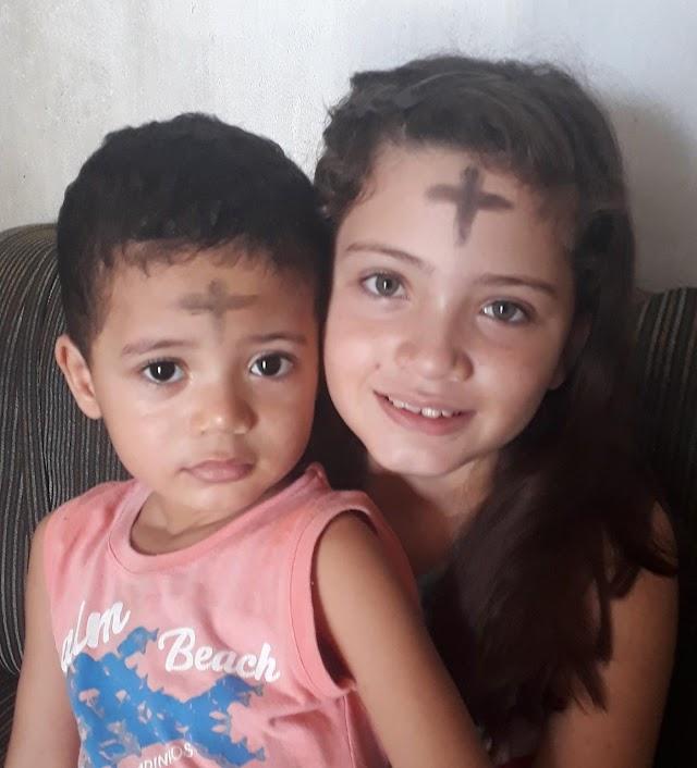 Na Bahia, mãe mantém tradição católica ao fazer a cruz na testa dos filhos para simbolizar o início da quaresma