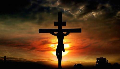 silueta de jesucristo en la cruz
