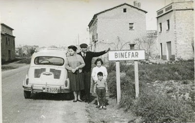 Família con su 600 en la entrada de Binéfar. 29/02/1960