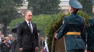 Ούτε η καταιγίδα σταματάει τον Πούτιν... (ΒΙΝΤΕΟ)