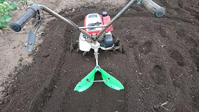 F210に培土器を取り付けて畝立て