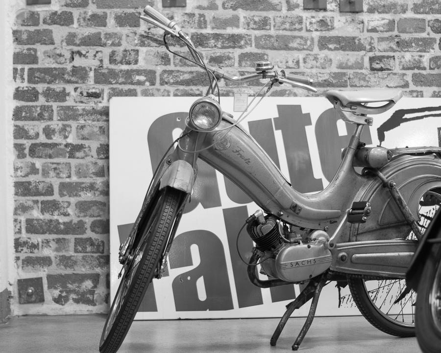 Blog + Fotografie by it's me | fim.works | SchwarzWeissBlick No 18 | Lenkwerk Bielefeld | Kraftrad mit Schild Gute Fahrt im Hintergrund