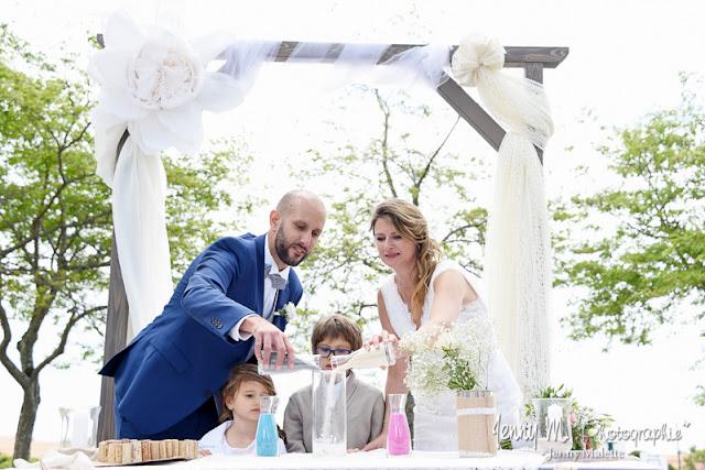 cérémonie laïque mariage cérémonie du sable mariés avec enfants