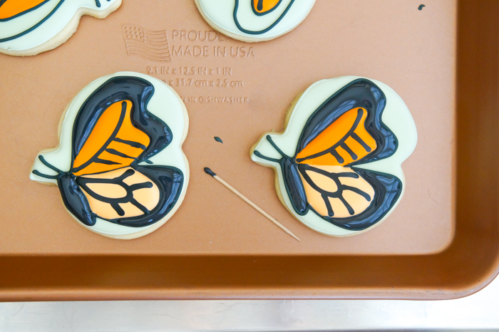 how to decorate a monarch butterfly cookie