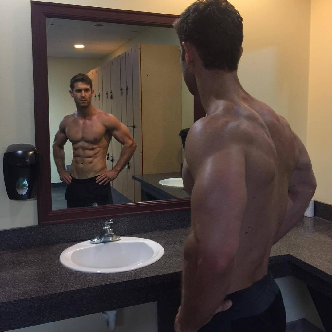 strong-muscle-mass-ripped-daddy-mirror-pic-shirtless-beast-body-alpha-dilf-pecs-shredded-abs