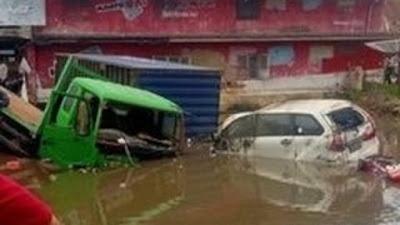 9 Kendaraan di Agam Terlibat Kecelakaan Beruntun, Truk Tronton Masuk Kolam