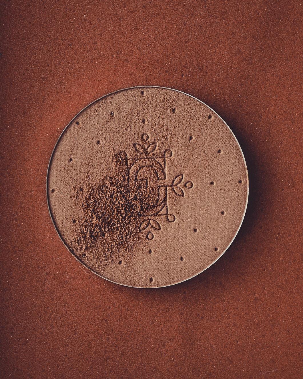feerie celeste bewitched bronze bronzing and contouring powder puder brązujący pixie cosmetics brązer naturalny brązer jak wygląda na skórze brązer nie zapycha porów 210 serenade for summer brązer dla bladej skóry