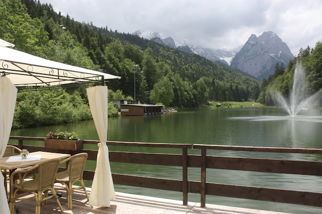 Kaffee und Kuchen zur Hochzeit, Seehaus am Riessersee, heiraten in Garmisch-Partenkirchen, flieder, weiß und silber - silver, white, lilac wedding - lake side reception in Bavaria