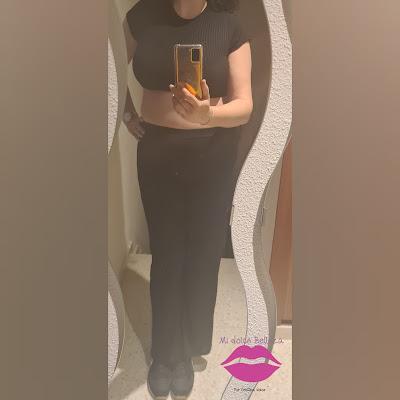 conjunto con crop top y pantalón acanalado en negro
