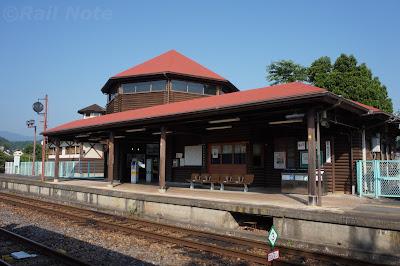 ログハウスの八高線明覚駅駅舎