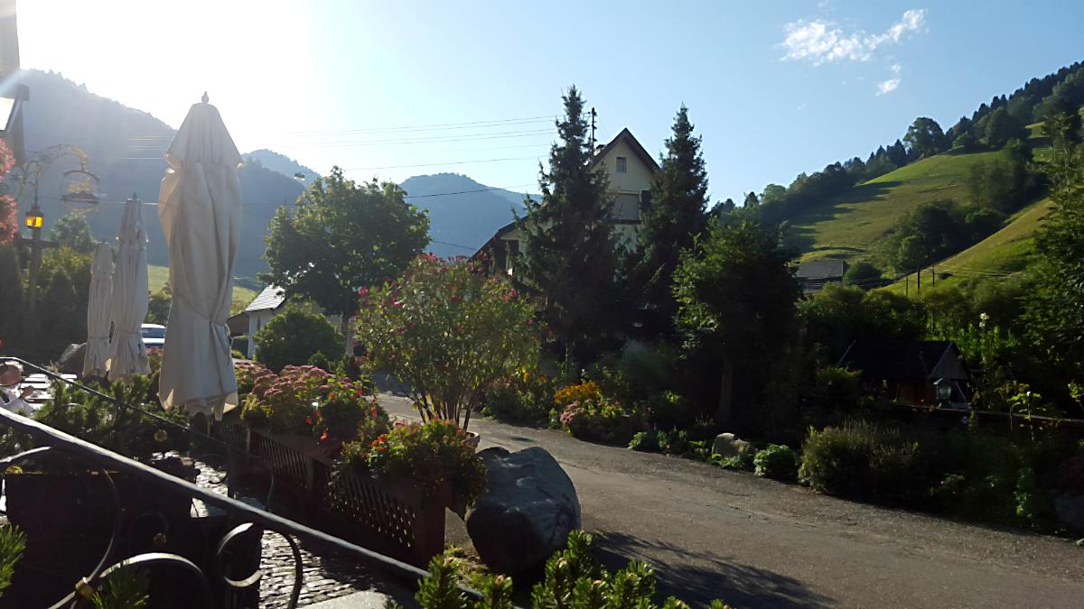 An einem sonnigen Morgen auf der Terrasse des Spielweg-Romantik-Hotels im Münstertal, 2016 | Arthurs Tochter Kocht von Astrid Paul