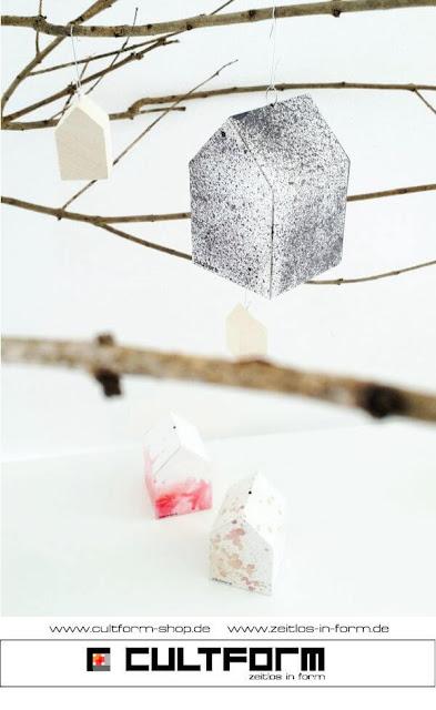 Die Hausbox von Cultform. Ein eindrucksvolles und doch einfaches DIY: kleine Geschenke individuell modern verpacken im aktuellen Watercolor-Trend, Hausbox hängend mit Baum(el)häsern