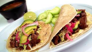 Grillades, bbq, plancha, légumes servis en tortillas, tacos